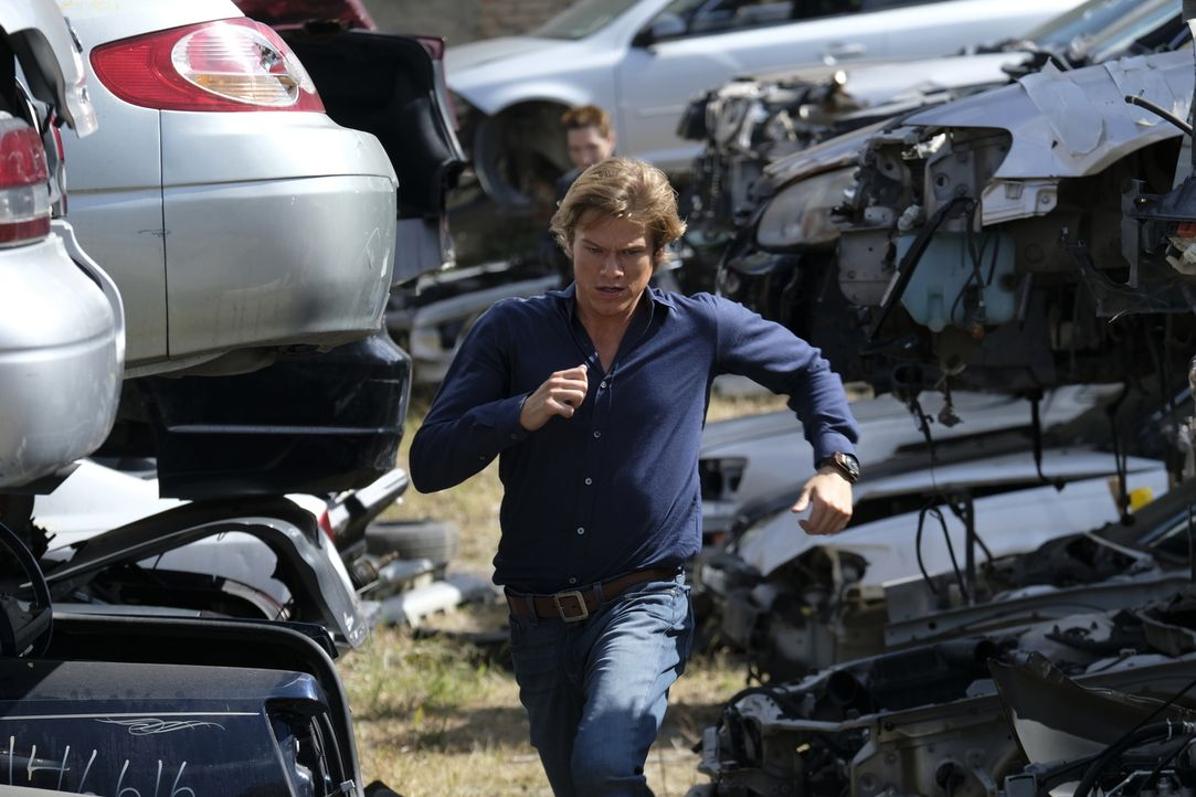 "Versucht seinem Auftragskiller zu entkommen und ihn gleichzeitig zu schnappen: Angus ""Mac"" MacGyver (Lucas Till.) ... - Bildquelle: 2016 CBS Broadcasting, Inc. All Rights Reserved"