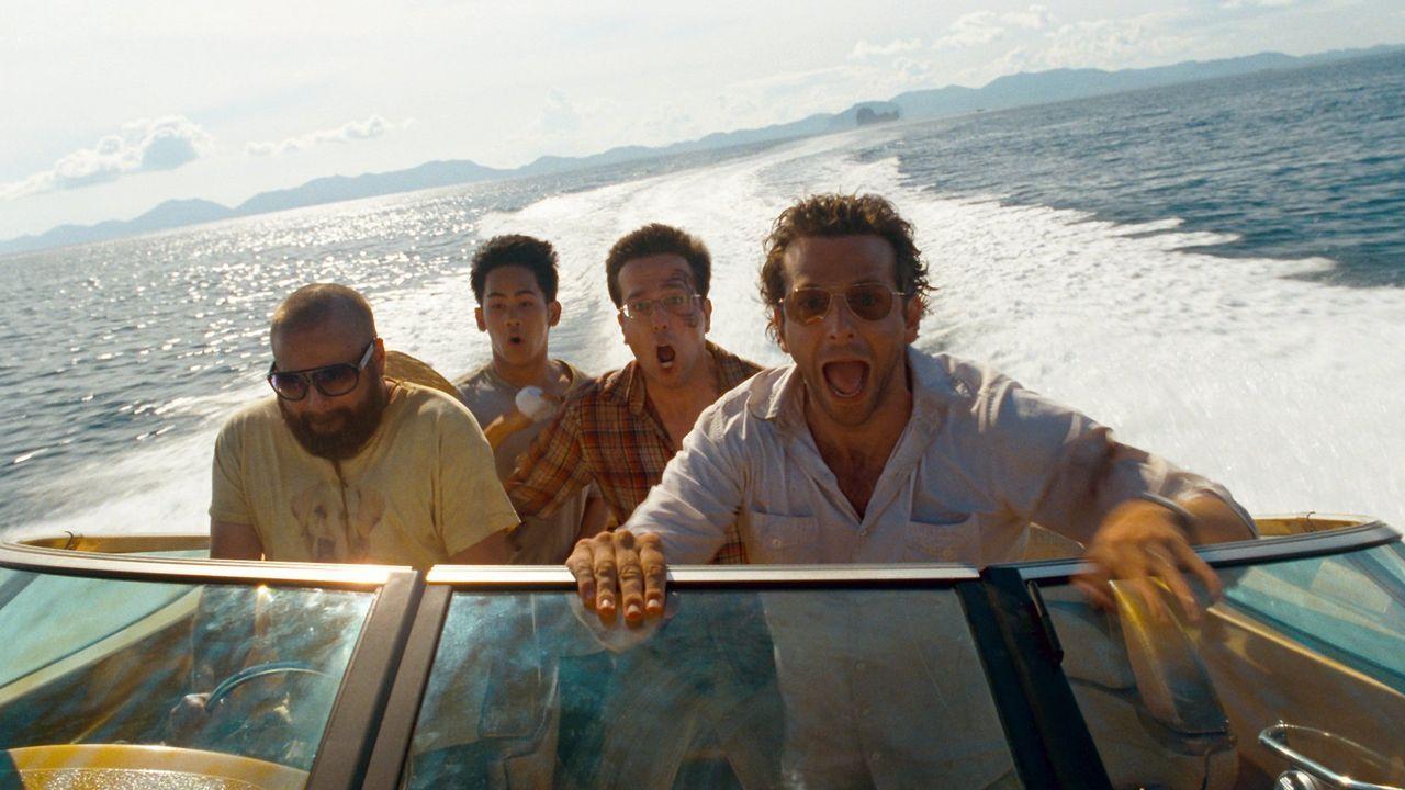 Eine unglaubliche Nacht liegt hinter Alan (Zach Galifianakis, l.), Teddy (Mason Lee, 2.v.l.), Stu (Ed Helms, 2.v.r.) und Phil (Bradley Cooper, r.) ... - Bildquelle: Warner Brothers