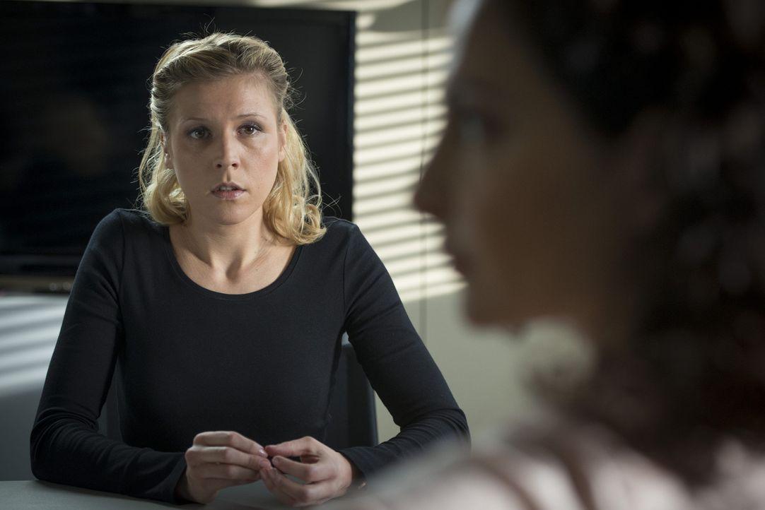 Während Mick in einem neuen Fall ermittelt, haben Tanja (Proschat Madani, r.) und Steffi (Franziska Weisz, l.) ganz andere Dinge zu besprechen ... - Bildquelle: Martin Rottenkolber SAT.1