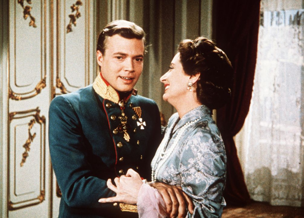 Noch immer mischt sich die Mutter Erzherzogin Sophie (Vilma Degischer, r.) in die Ehe ihres Sohnes Kaiser Franz-Joseph (Karlheinz Böhm, l.) ein ... - Bildquelle: UFA-Filmverleih