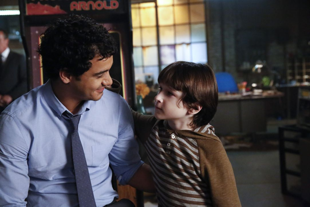 Wird Walter (Elyes Gabel, l. )Drew tatsächlich helfen, eine bessere Bindung zu Ralph (Riley B. Smith, r.) aufzubauen? - Bildquelle: Robert Voets 2014 CBS Broadcasting, Inc. All Rights Reserved