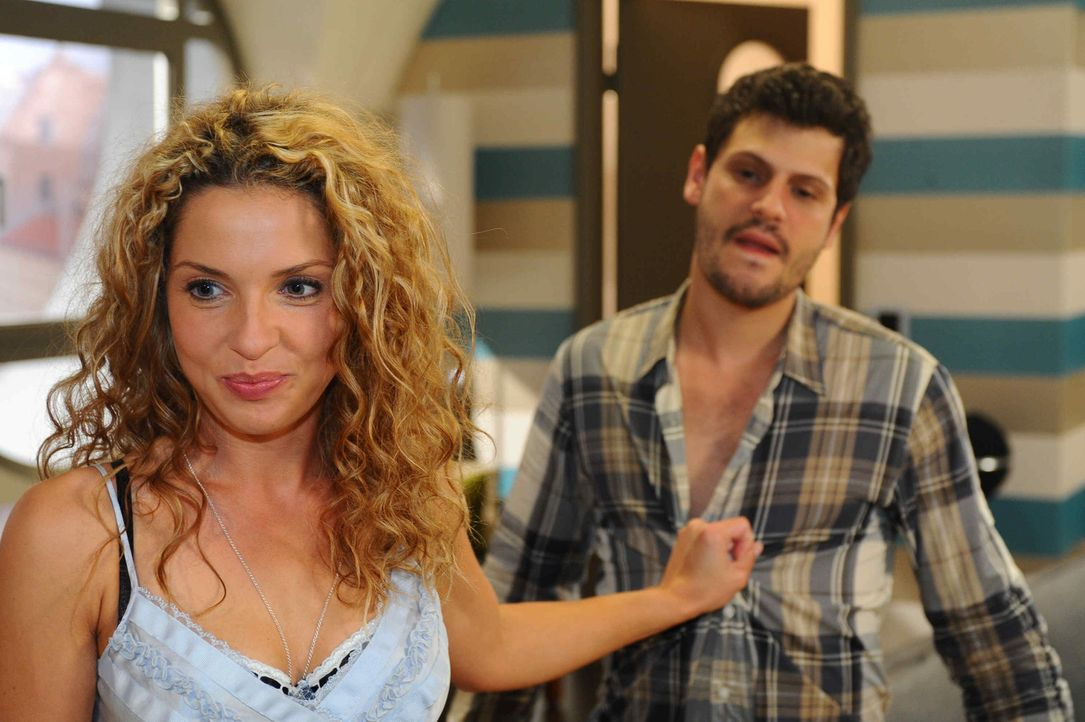 Nina (Maria Wedig, l.) ist unendlich erleichtert, als Luca (Manuel Cortez, r.) einfühlsam auf ihr Geständnis reagiert ... - Bildquelle: SAT.1