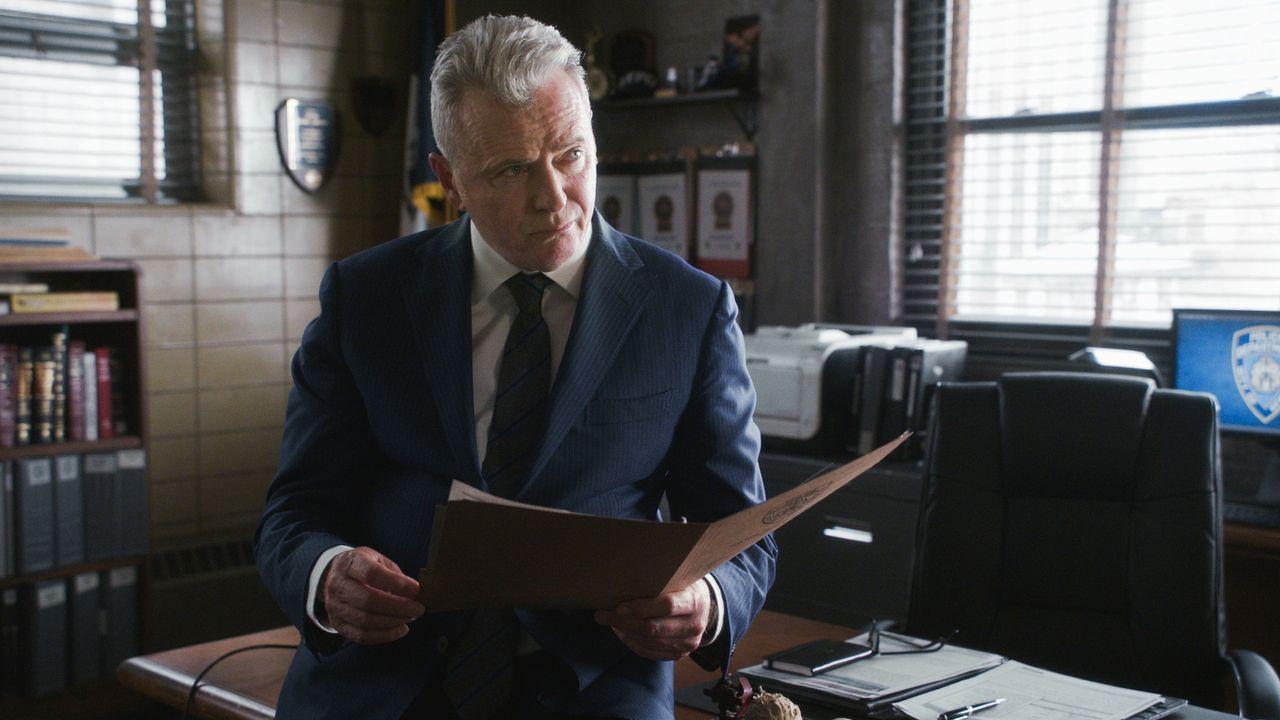 Gregson (Aidan Quinn) sieht verzweifelt mit an, wie sein Team mit ihrem schwersten Fall zu kämpfen haben ... - Bildquelle: 2017 CBS Broadcasting, Inc. All Rights Reserved.