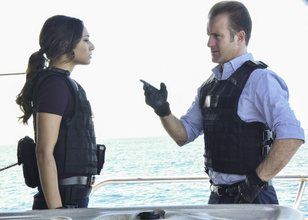 Nachdem sich auch per Funk die Crew der Yacht nicht meldet, muss das Five-0 Team (Meaghan Rath, l. und Scott Caan, r.) anhand von Satellitenbilder f... - Bildquelle: Norman Shapiro 2017 CBS Broadcasting Inc. All Rights Reserved.