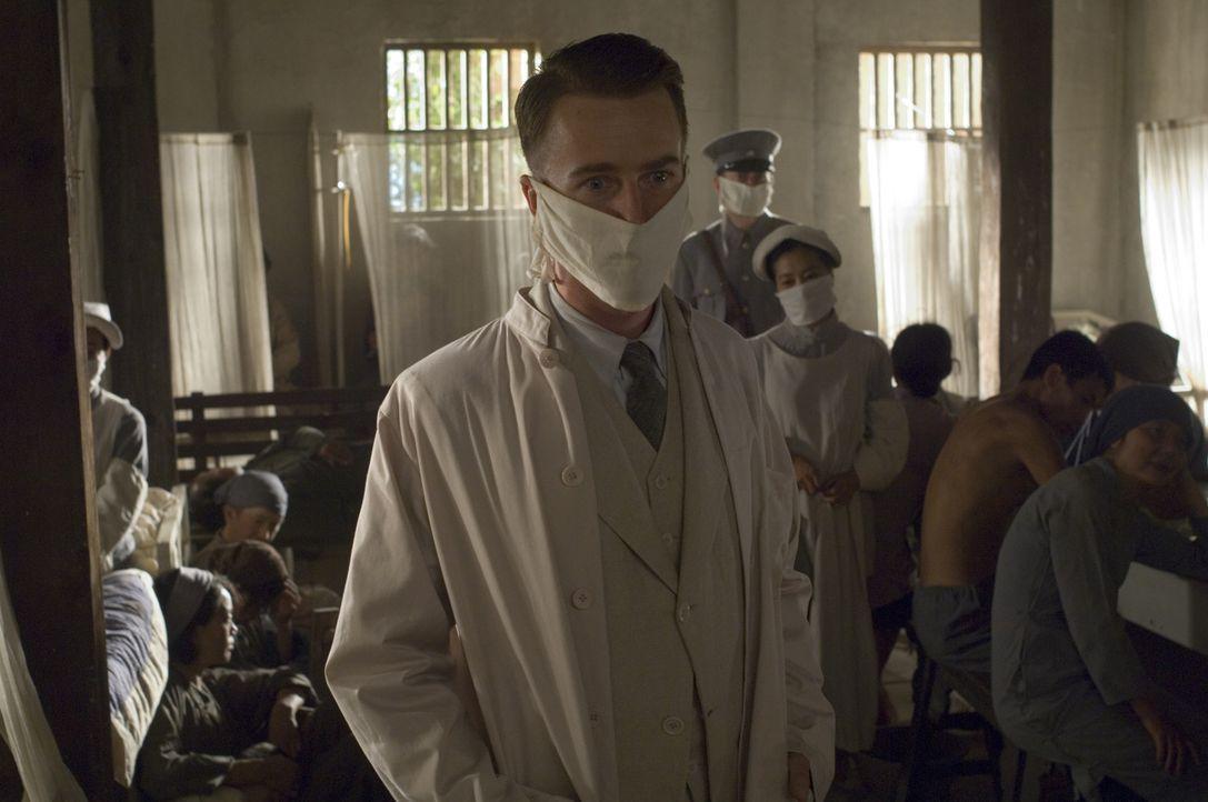 Gemeinsam mit seiner Frau reist Dr. Walter Fane (Edward Norton, M.) nach Shanghai, wo er bei der Bekämpfung einer Epidemie helfen soll. Doch dort w... - Bildquelle: 2006 Yari Film Group Releasing, LLC. All Rights Reserved.