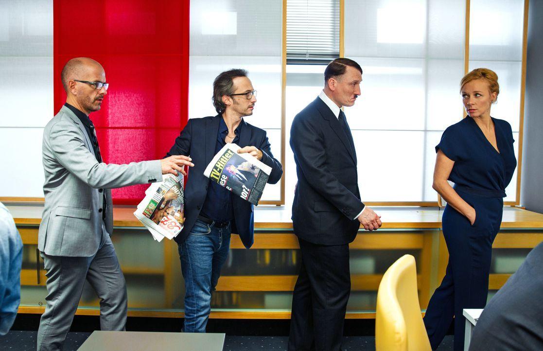 Als Herr Sensenbrink (Christoph Maria Herbst, l.), Herr Mancello (Michael Ostrowski, 2.v.l.) und Frau Bellini (Katja Riemann, r.) den angeblichen Co... - Bildquelle: 2015 Constantin Film Verleih GmbH.