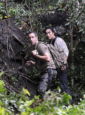 Eine wichtige Zeugin eines bedeutsamen Mordprozesses ist verschwunden. Steve (Alex O'Loughlin, l.) und Chin (Daniel Dae Kim) müssen in den Dschunge... - Bildquelle: CBS Studios Inc