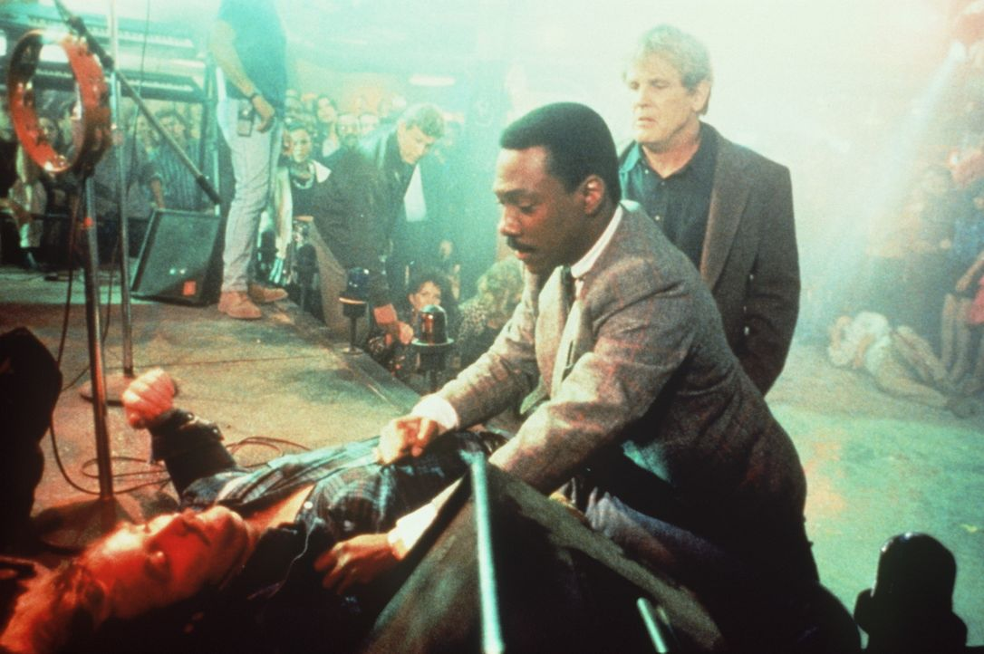 Selbst Plappermaul Reggie (Eddie Murphy, M.) lässt lieber Taten auf Worte folgen, als der brutale Drogen- und Verbrecherkönig Iceman ein Kopfgeld... - Bildquelle: Paramount Pictures
