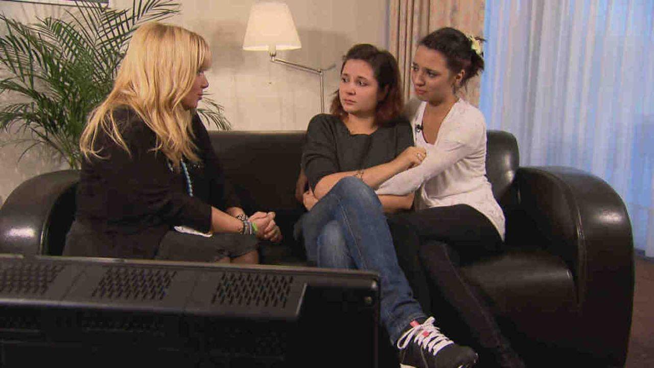 Die Schwestern Jennifer und Juliette hoffen, mit Hilfe von Julia Leischik (l.) ihren Vater zu finden ... - Bildquelle: SAT.1