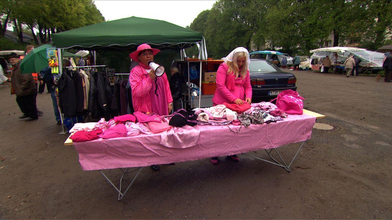 Auf dem Flohmarkt versuchen Stella (r.) und ihre Mutter (l.) noch ein paar Euros für die bevorstehende Hochzeit zu verdienen ... - Bildquelle: SAT.1
