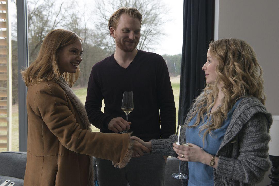 Leonie (Jasmin Schwiers, r.) reagiert verhalten, als sich Philipps Frau Vev (Nadeshda Brennicke, l.) bei ihr und Timo (Lucas Prisor, M.) vorstellt.... - Bildquelle: Stephanie Kulbach SAT.1