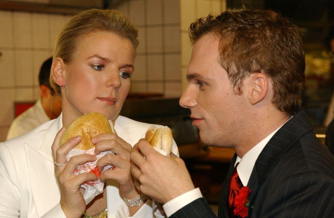 Mirja (Mirja Boes, l.) und Ralf (Ralf Schmitz, r.) beim Hochzeitsessen der besonderen Art ... - Bildquelle: Stephen Power Sat.1