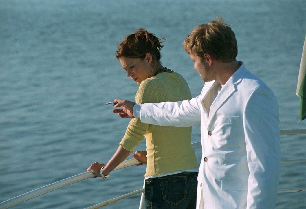 Zu den Hochzeitsfeierlichkeiten ist auch ein Bootsausflug vorgesehen. Paula (Susan Anbeh, l.), die eigentlich seekrank ist, will sich vor dem Hochze... - Bildquelle: Sat.1