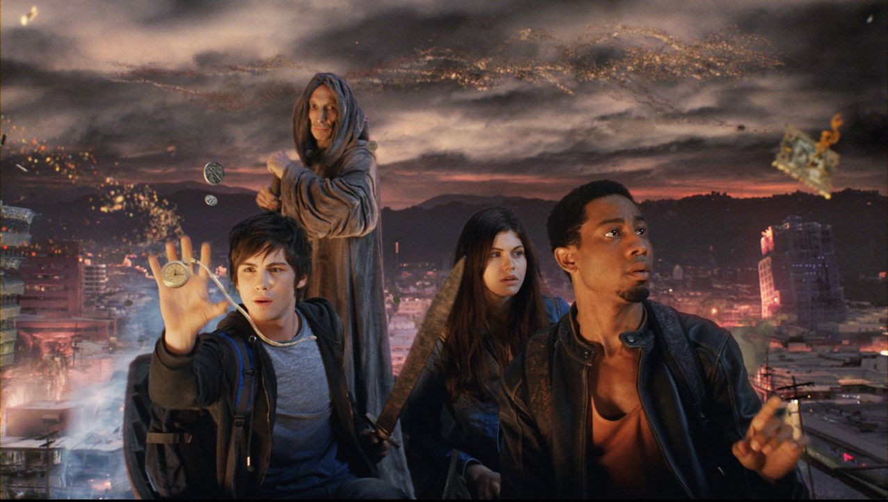 Charon, der Fährmann (Julian Richings) bringt Percy (Logan Lerman, l.), Grover (Brandon T. Jackson, r.) und Annabeth (Alexandra Daddario, 2.v.r.) m... - Bildquelle: 2010 Twentieth Century Fox Film Corporation. All rights reserved.