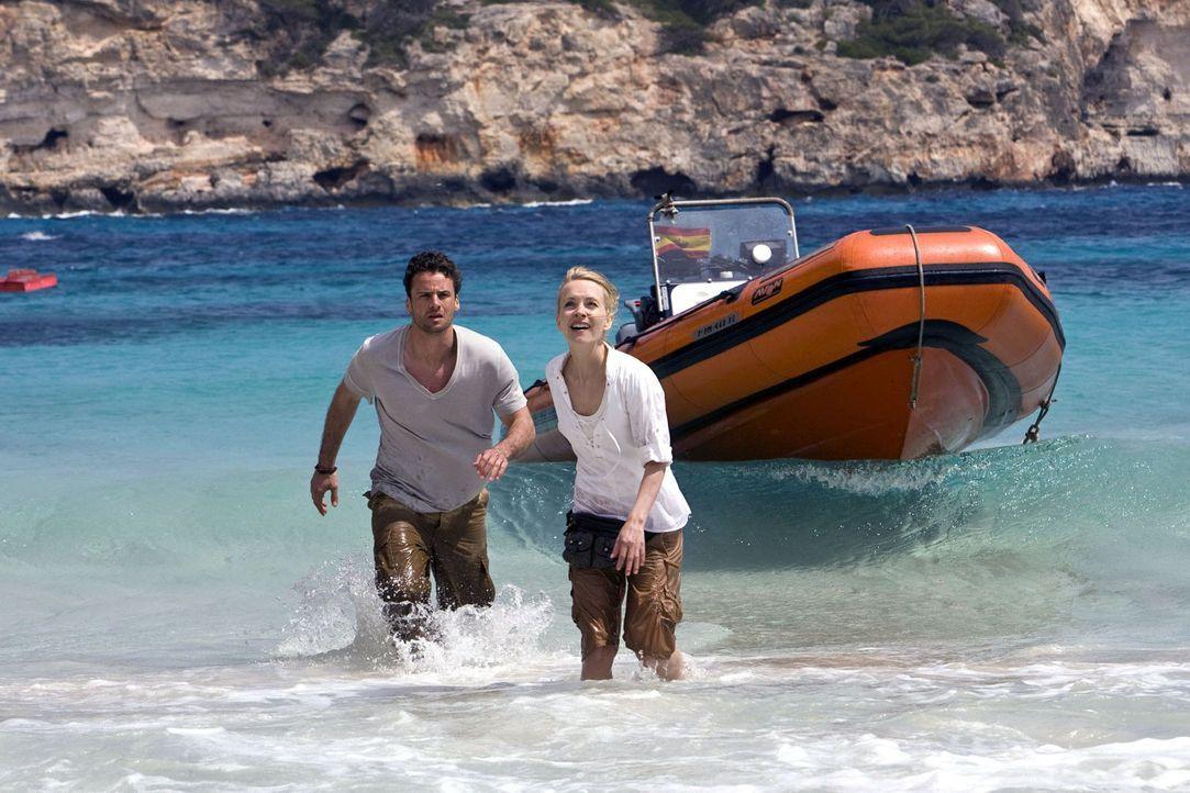 Ben (Stephan Luca, l.) und Karla (Janin Reinhardt, r.) machen sich auf zur Insel Cabrera, in der Hoffnung dort herauszufinden, wer hinter den Angrif... - Bildquelle: Sat.1