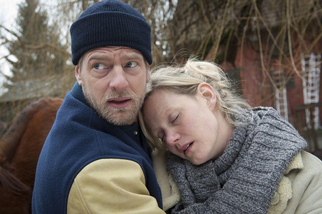 Kaum teilt Mick (Henning Baum, l.) Carmen Wieder (Anna Schudt, r.) mit, dass ihr Freund tot ist, da bricht die junge Frau auch schon zusammen. Für... - Bildquelle: Martin Rottenkolber SAT.1