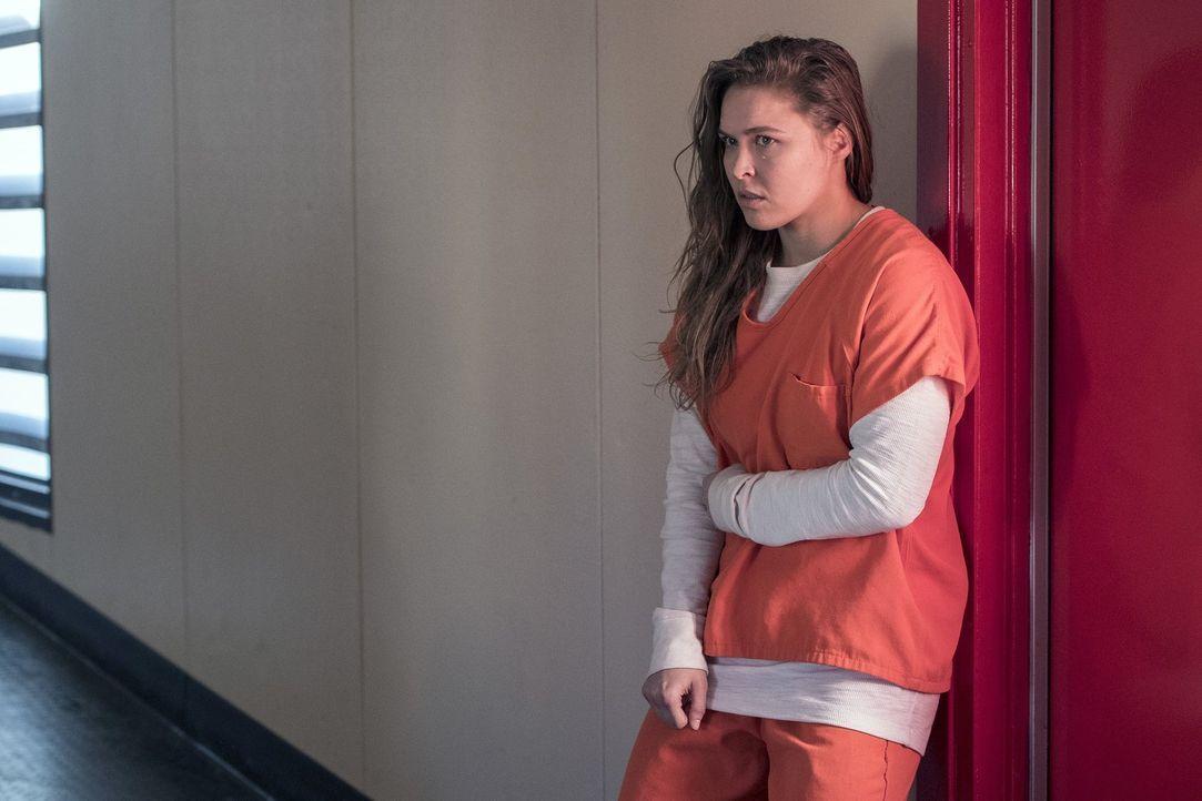Weil Devon Penberthy (Ronda Rousey) Waffen über die Staatsgrenze schmuggeln wollte, sitzt sie nun im Gefängnis und gerät hier an ihre Grenzen ... - Bildquelle: 2016 Warner Brothers