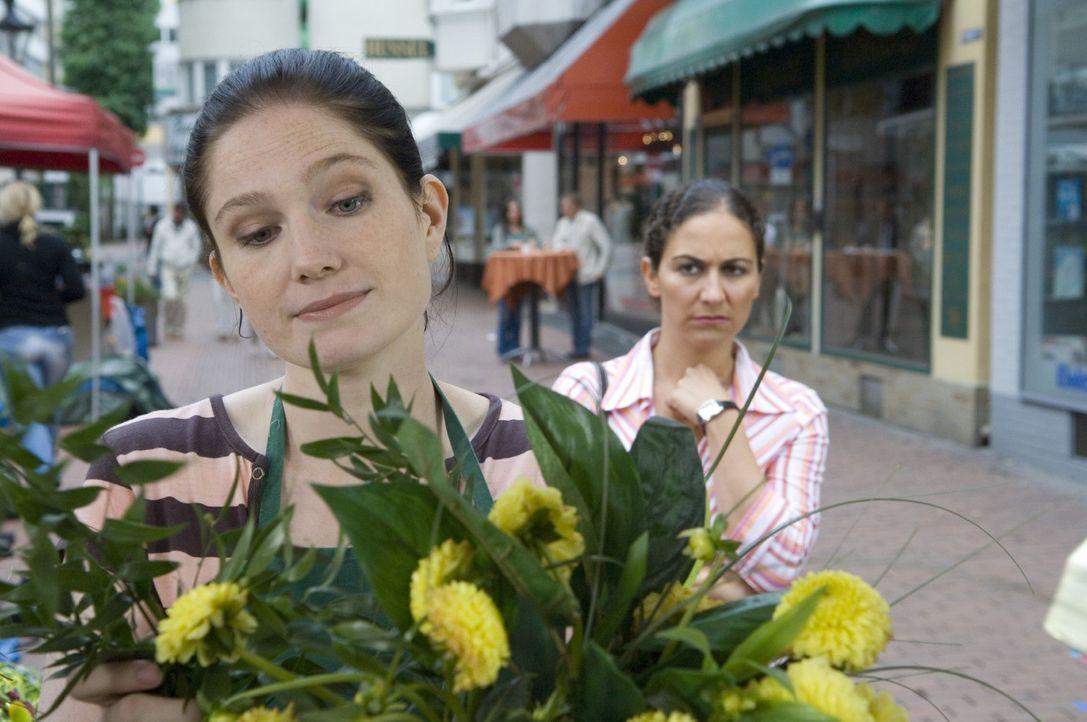 Blumen für die Liebste sind ja ganz normal, aber Blumen für Männer? Sollte es nicht lieber ein Kasten Bier, eine Stadion-Dauerkarte oder eine Bohrma... - Bildquelle: Guido Engels Sat.1