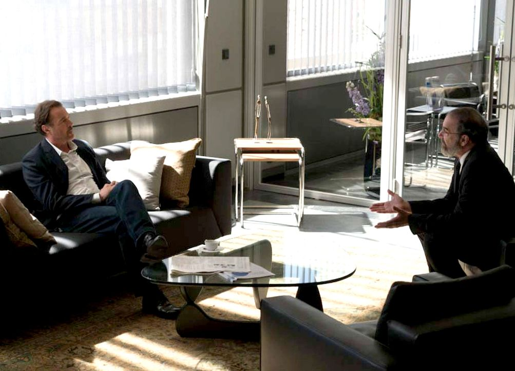 Saul (Mandy Patinkin, r.) trifft sich mit Otto Düring (Sebastian Koch, l.), um herauszufinden, wo sich Carrie aufhält. Doch wird Düring etwas preisg... - Bildquelle: Stephan Rabold 2015 Showtime Networks, Inc., a CBS Company. All rights reserved.