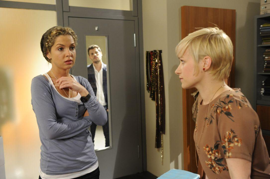 Nina (Maria Wedig, l.) versucht, Olivia (Kasia Borek, r.) klar zu machen, dass die Geschichte mit Luca (Manuel Cortez, M.) vorbei ist und keine Bede... - Bildquelle: SAT.1