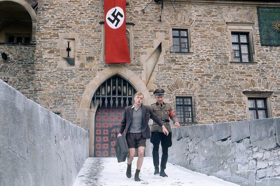 Als Friedrich (Max Riemelt, l.) erkennt, mit wem er sich da eigentlich eingelassen hat, fürchtet er auch den sadistischen Schleifer Peiner (Michael... - Bildquelle: Constantin Film