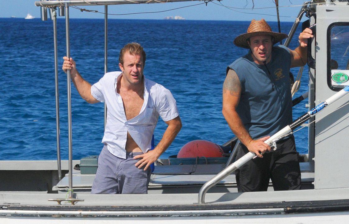 Eigentlich sollte es ein kleiner Angelausflug werden, doch das Boot von Steve (Alex O'Loughlin, r.) und Danny (Scott Caan, l.) gekidnappt und sie we... - Bildquelle: 2012 CBS Broadcasting, Inc. All Rights Reserved.