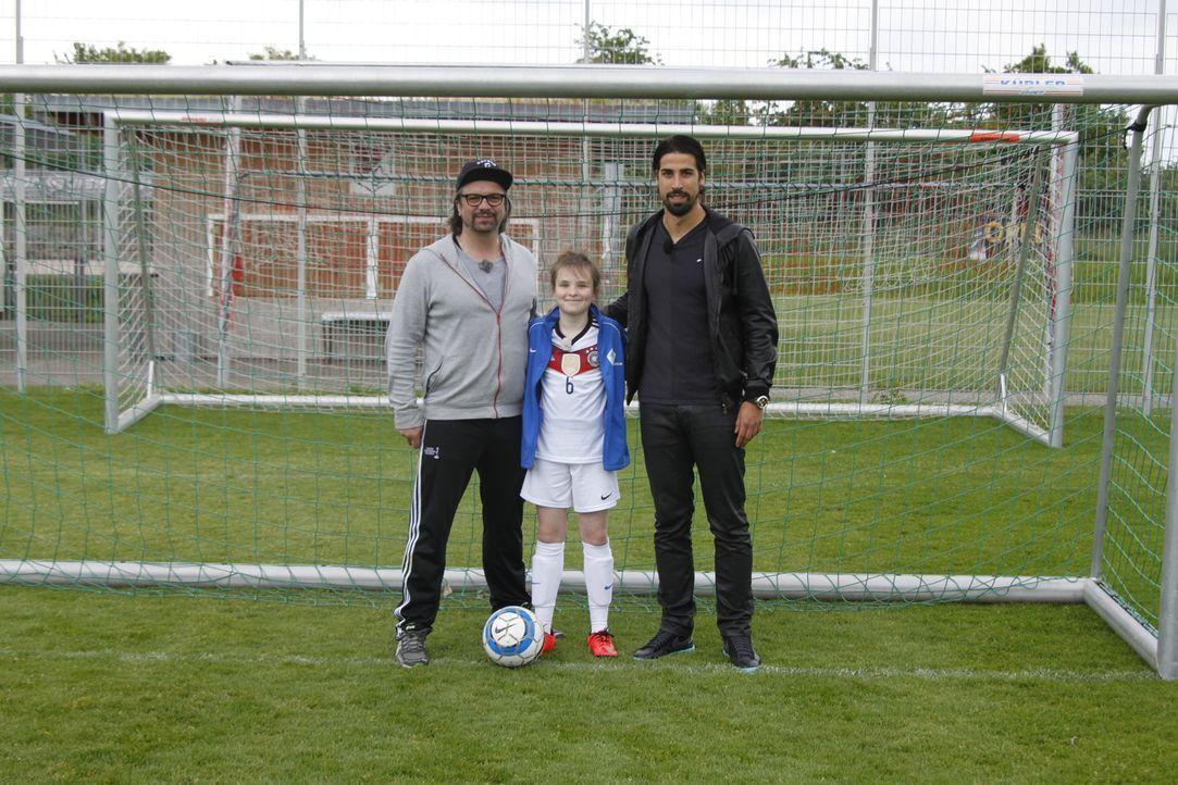Hennig Wehland (l.) erfüllt Rosalie (M.) einen ganz besonderen Wunsch: ein Treffen mit Fußball-Weltmeister Sami Khedira (r.) ... - Bildquelle: SAT.1