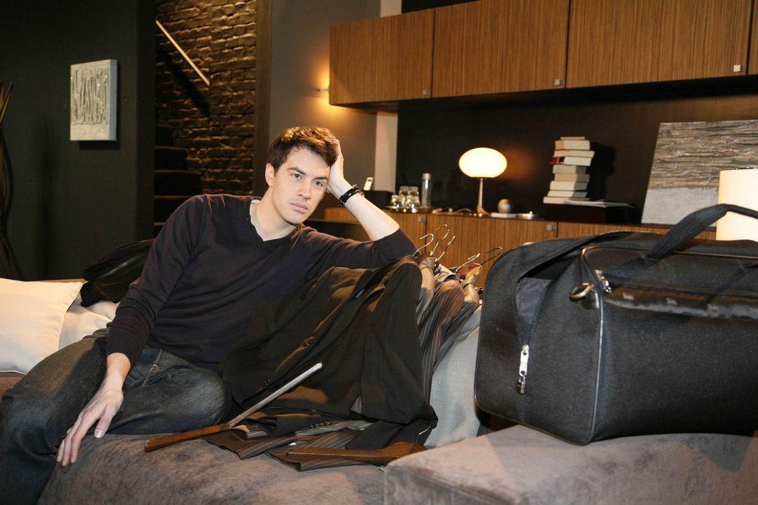 """Mark (Arne Stephan) sucht seine Sachen zusammen und nimmt Abschied von Alexandra und dem """"Aden"""" ... - Bildquelle: SAT.1"""