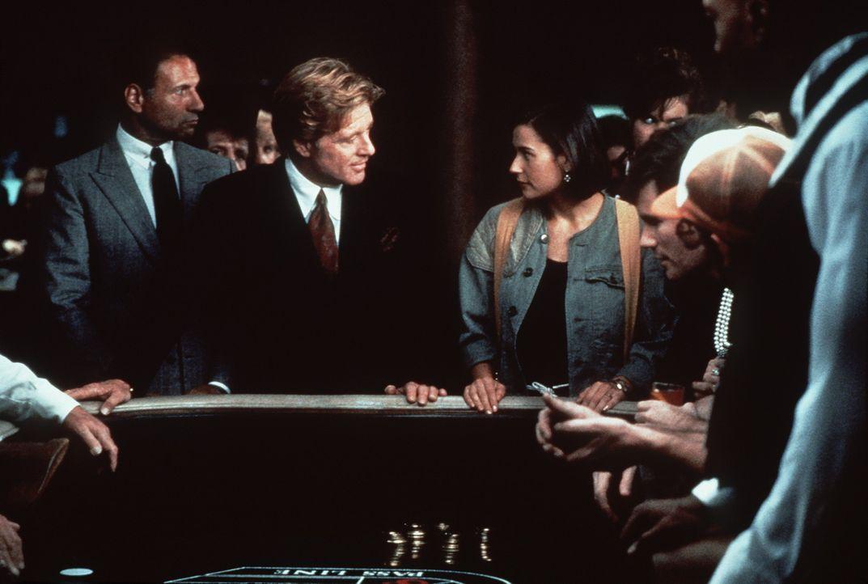 In Las Vegas erhält Diana (Demi Moore, 3.v.l.) ein unmoralisches Angebot des Milliardärs Gage (Robert Redford, 2.v.l.) - Er bietet ihr eine Millio... - Bildquelle: Paramount Pictures