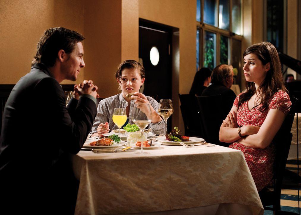 Hannes (Nick Romeo Reimann, M.) hat seine Mutter (Nora Tschirner, r.) heimlich bei einer Partnervermittlung im Internet angemeldet und schleppt sie... - Bildquelle: Constantin Film Verleih