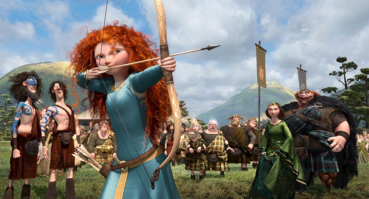 Um einen passenden Gatten für ihre aufmüpfige Tochter Merida (vorne) zu finden, organisiert das schottische Königspaar (r.) Highland-Games. Doch als... - Bildquelle: Disney/Pixar. All rights reserved