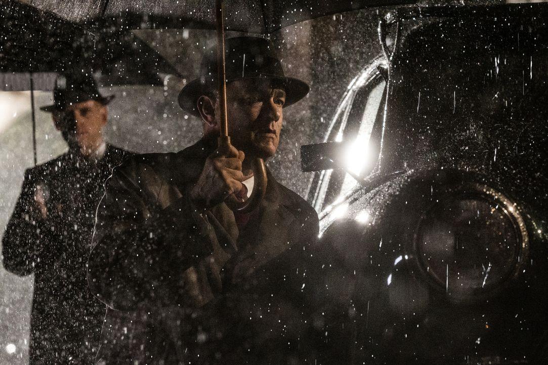 Als Anwalt James Donovan (Tom Hanks, r.) den Auftrag der CIA annimmt, als Unterhändler nach Ost-Berlin zu reisen, um dort einen Gefangenenaustausch... - Bildquelle: DreamWorks II Distribution Co., LLC and Twentieth Century Fox Film Corporation. All Rights Reserved.