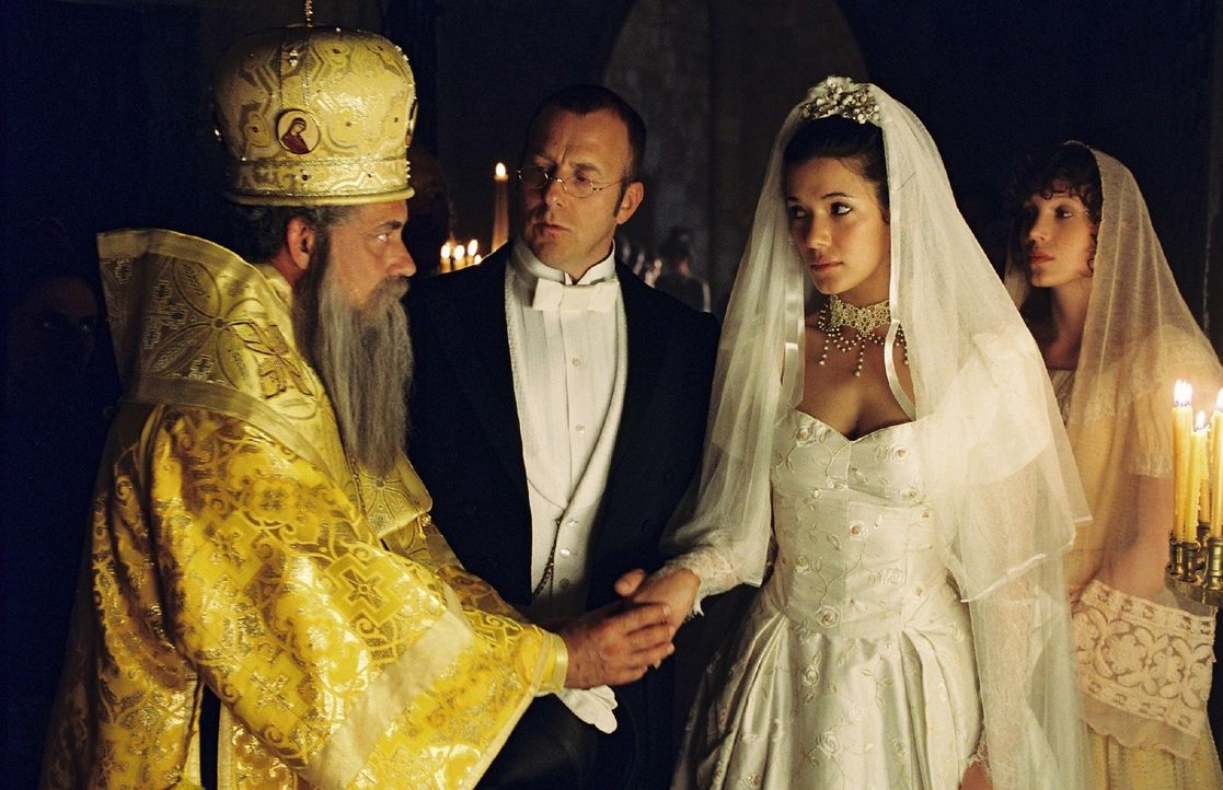 Bischof Vimbos (Rolf Kanies, l.) traut seinen Freund Heinrich Schliemann (Heino Ferch, 2.v.l.) mit seiner Braut Sophia (Mélanie Doutey, 2.v.r.). - Bildquelle: Stephan Rabold Sat.1