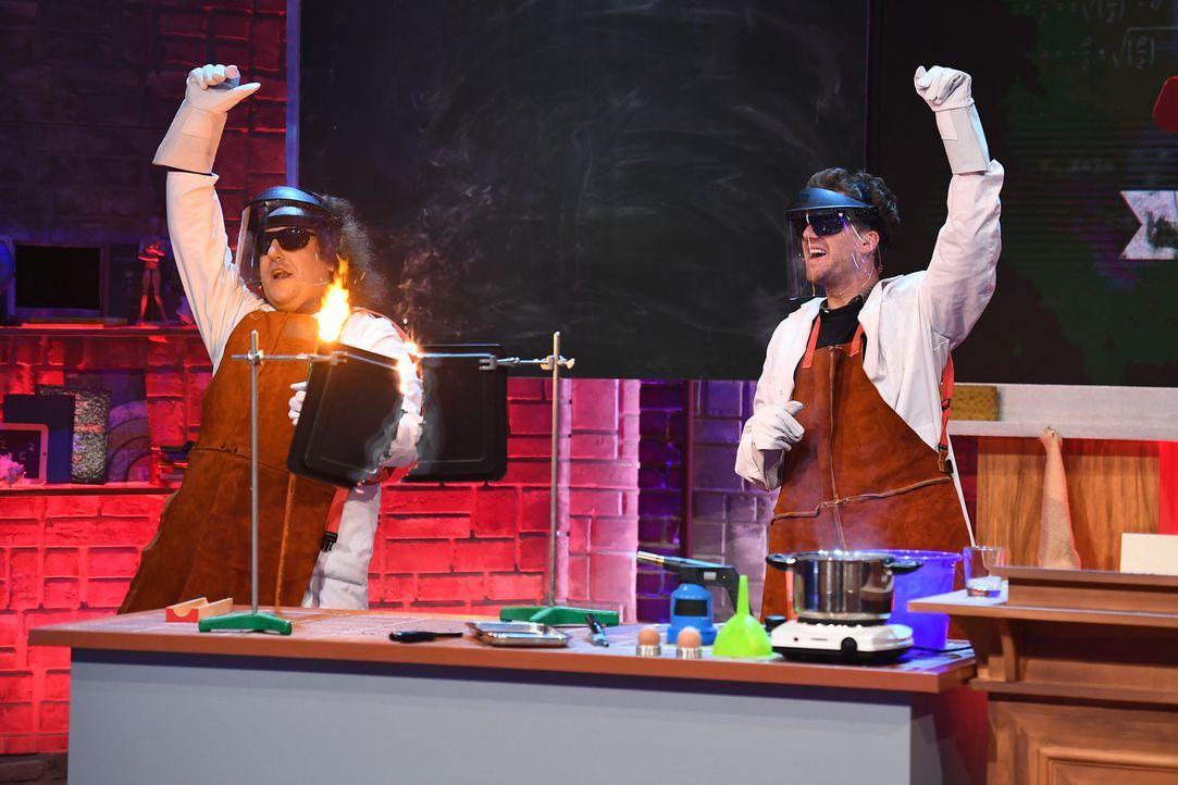 Zeigen anhand spektakulärer Experimente, was manch ein Promi aus der Schulzeit nicht mehr kennt: Konrad Stöckel (l.) und Luke Mockridge (r.) ... - Bildquelle: Willi Weber SAT.1