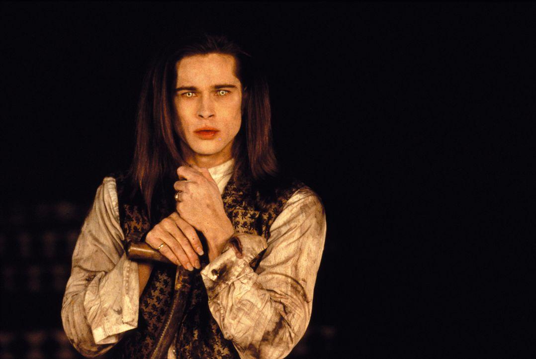 Louis (Brad Pitt) erzählt einem Reporter von seiner blutgetränkten Reise durch die Jahrhunderte, die bis heute noch nicht zu Ende ist ... - Bildquelle: Warner Bros.