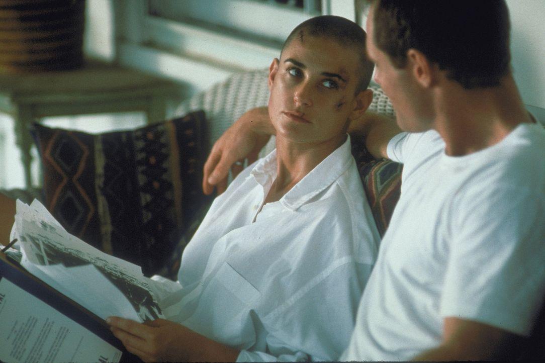 Durch die Herausforderung, die Jordan (Demi Moore, l.) auf sich genommen hat, wird ihre Beziehung zu Royce (Jason Beghe, r.) auf eine harte Probe ge... - Bildquelle: Buena Vista International