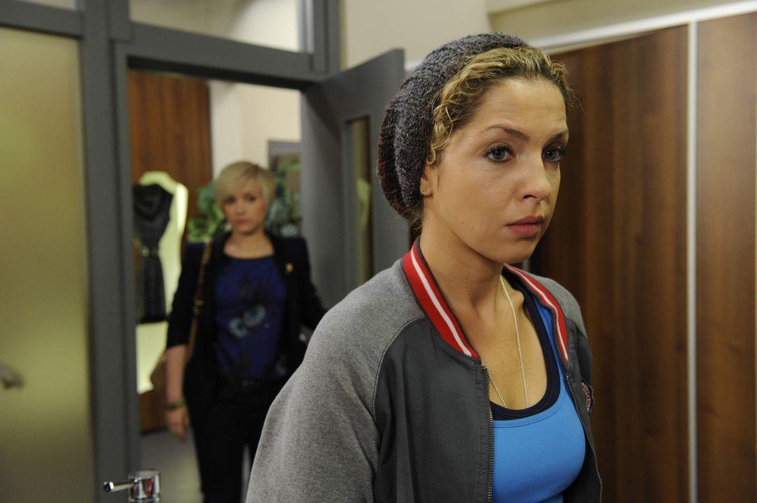 Nach und nach wird Nina (Maria Wedig, r.) klar, wie schwer es werden wird, gemeinsam mit Luca und Olivia (Kasia Borek, l.) zu arbeiten ... - Bildquelle: SAT.1
