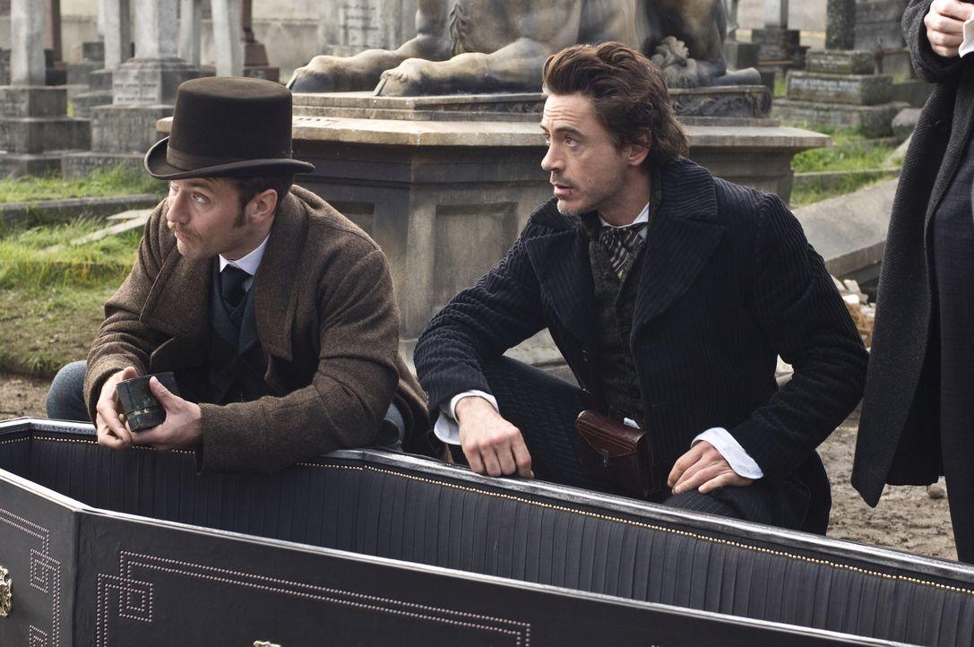 Das Böse ist einfach nicht totzukriegen: Sherlock Holmes (Robert Downey Jr., r.) und Dr. Watson (Jude Law, l.) ... - Bildquelle: Warner Brothers