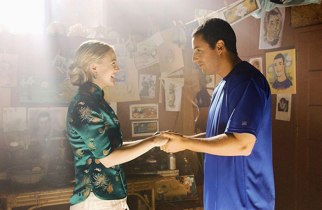 Ihrer Liebe steht eine Kleinigkeit im Weg: Henry (Adam Sandler, r.) und Lucy (Drew Barrymore, l.) ... - Bildquelle: Sony Pictures Television International. All Rights Reserved.