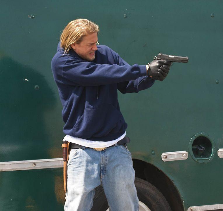 """Eine Neonazi-Gruppe, die """"Liga  Amerikanischer Nationalisten"""", macht den Sons das Leben schwer. Jax (Charlie Hunnam) last sich jedoch nicht so leich... - Bildquelle: 2009 FX Networks, LLC. All rights reserved."""