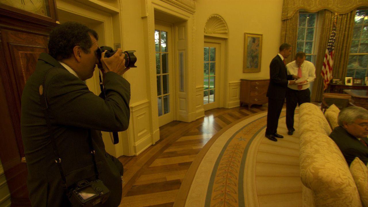 Pete Souza, l. fotografiert Präsident Obama, M. und Pressechef Robert Gibbs, r. - Bildquelle: Erin Harvey National Geographic Television International