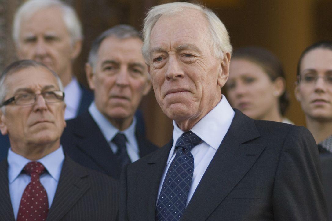 Macht der einflussreiche französische Botschafter Reynard (Max von Sydow) mit den Triaden gemeinsame Sache? - Bildquelle: Warner Bros.