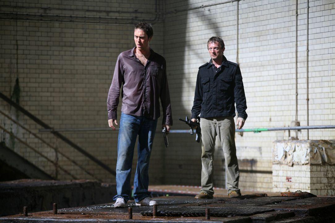 Von einem Urzeitmonster wurde Abby in die Kanalisation gezogen. Cutter (Douglas Henshall, r.), Connor und Stephen (James Murray, l.) machen sich auf... - Bildquelle: ITV Plc