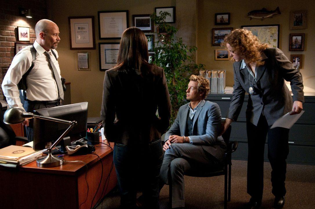 Nachdem Agent Bosco (Terry Kinney, l.) eine Wanze in seinem Büro gefunden hat, die Patrick Jane (Simon Baker, 2.v.r.) dort platziert hat, schlägt... - Bildquelle: Warner Bros. Television