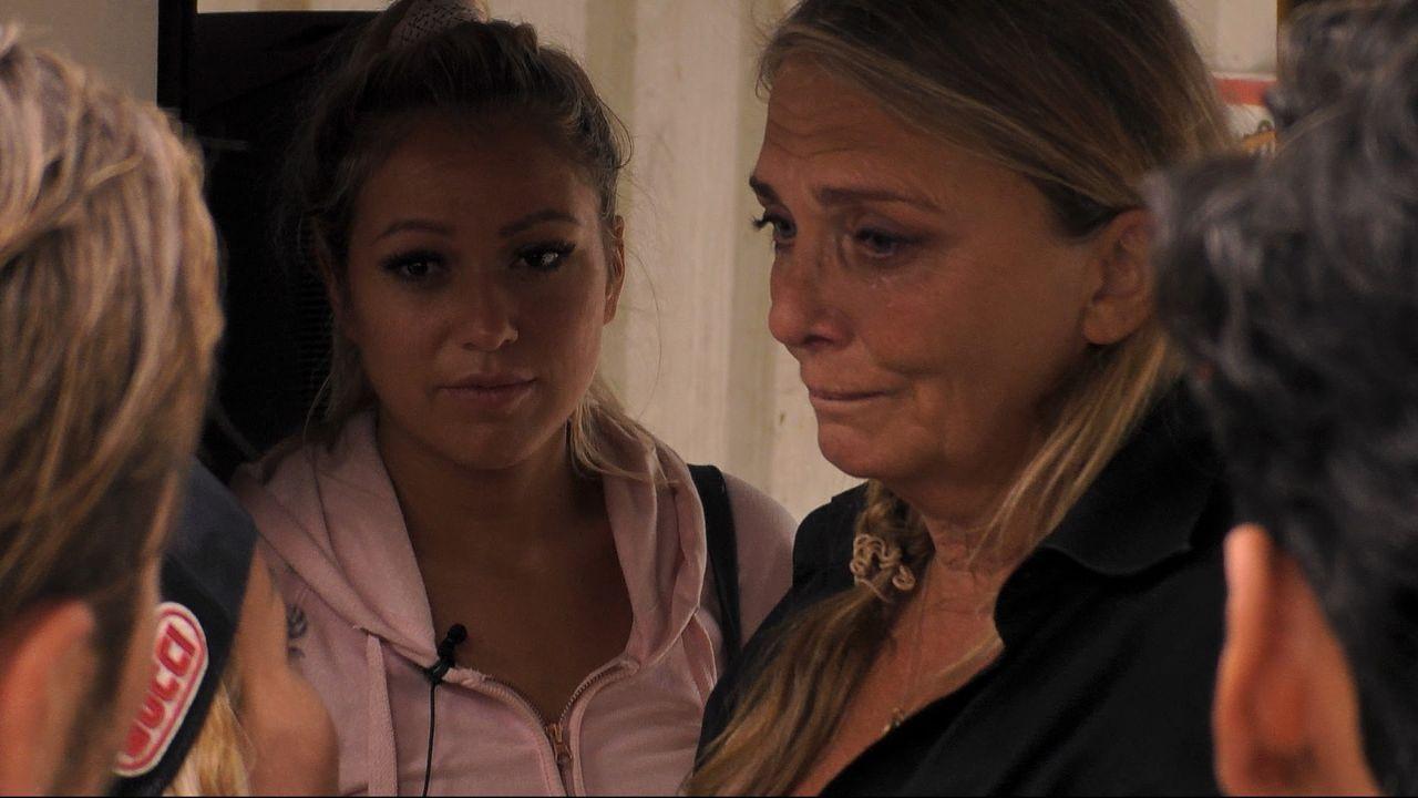 Nicole weint am Rolltor