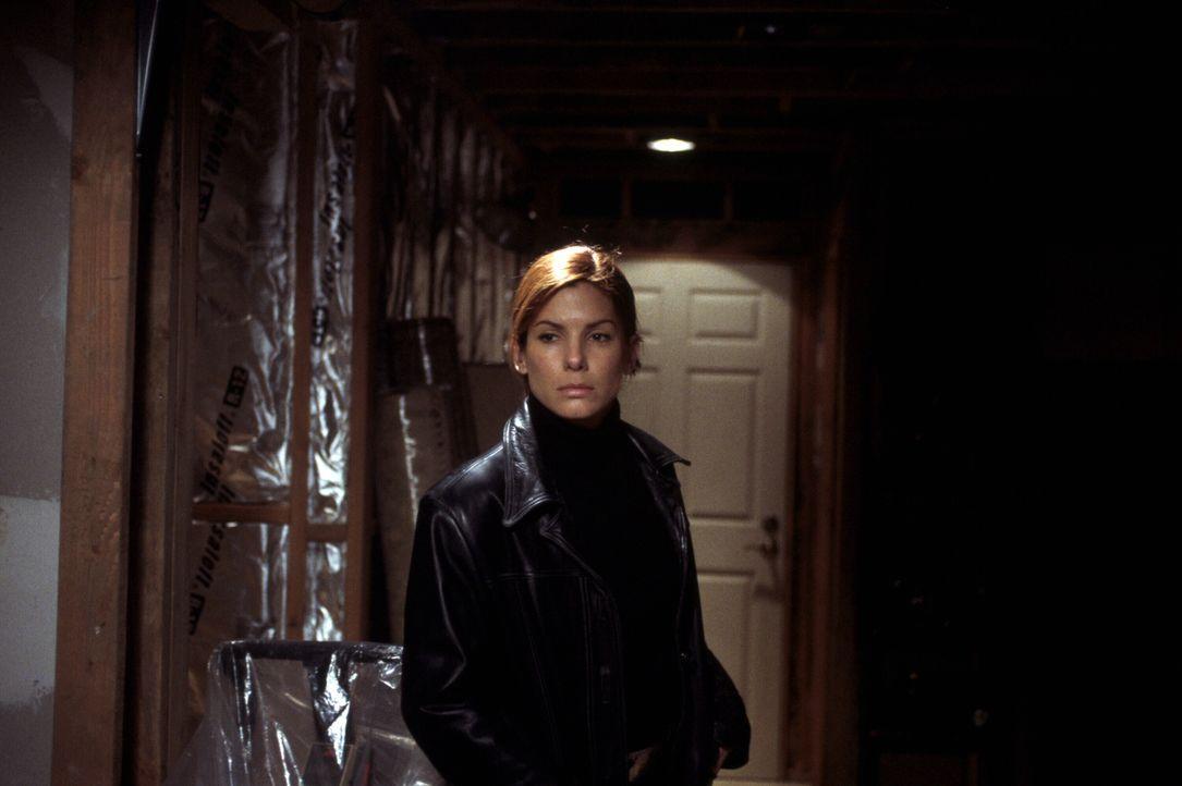 Auf der Suche nach dem Mörder entwickelt Agentin Cassie Mayweather (Sandra Bullock) schon bald die Theorie, dass das Mädchen nur sterben musste, wei... - Bildquelle: Warner Brothers International Television Distribution Inc.