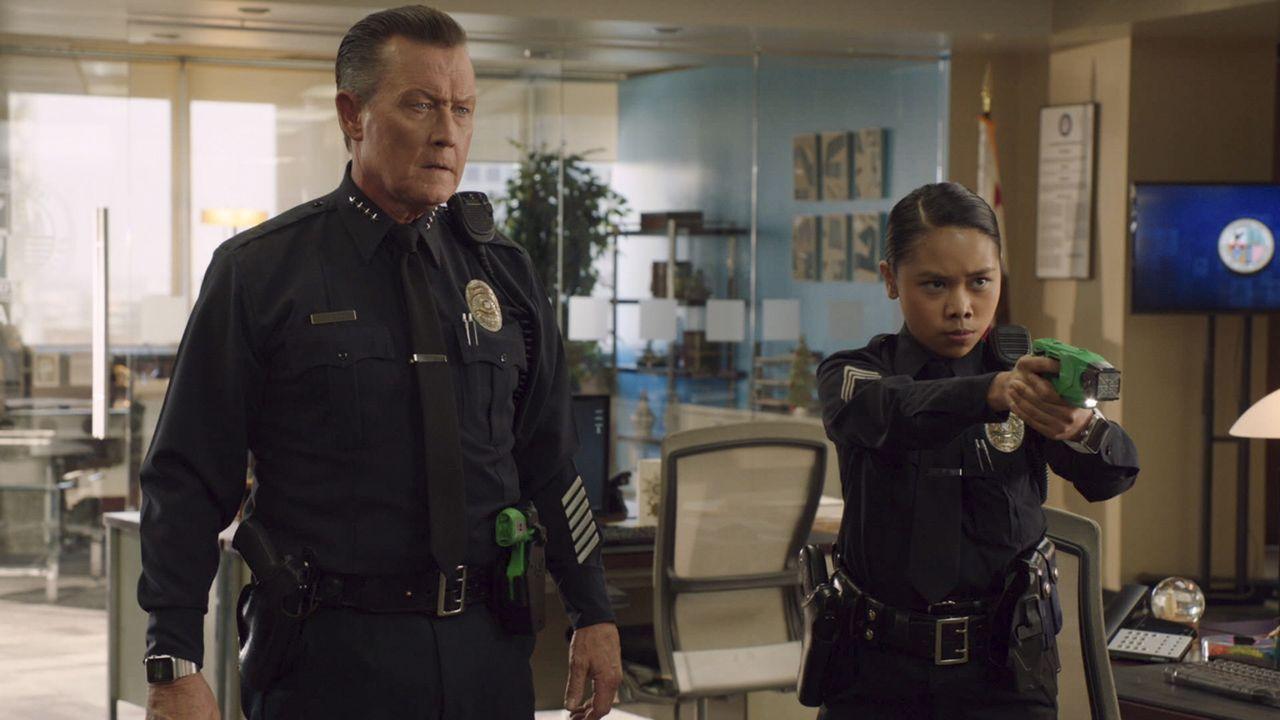 In Walters Traumwelt ist Cabe (Robert Patrick, l.) plötzlich Polizeichef und die aufsässige Patty (Nikki Castillo, r.) ist nicht nur Sergeant Logan... - Bildquelle: 2017 CBS Broadcasting, Inc. All Rights Reserved.