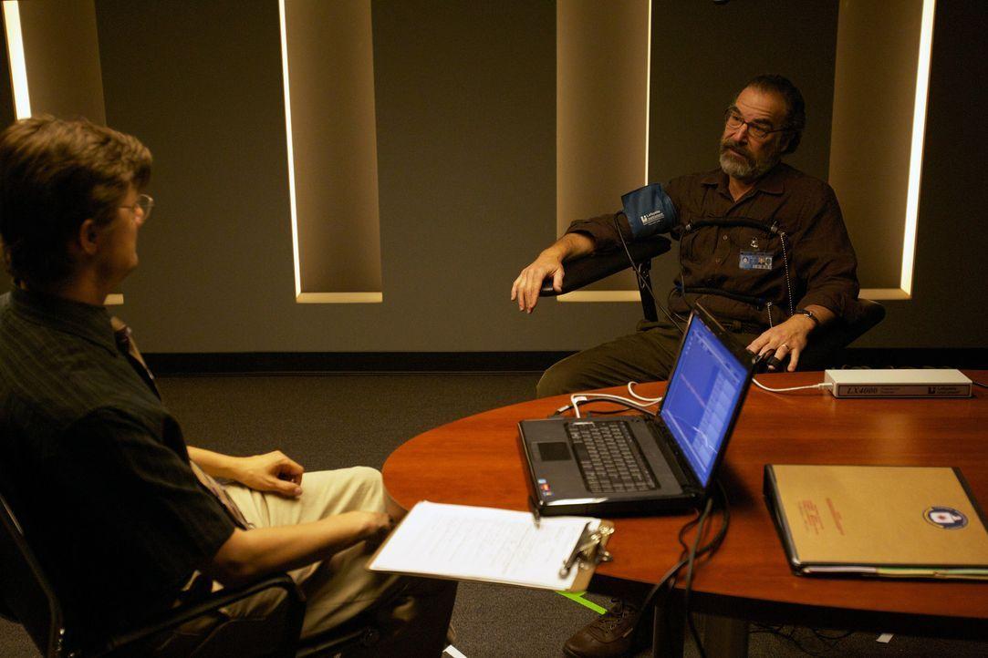 Lügendetektoren decken alle Lügner auf?! Glaubt das auch Saul (Mandy Patinkin, r.)? - Bildquelle: 20th Century Fox International Television