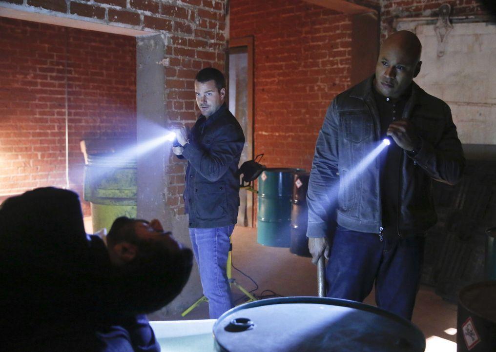 Bevor jemand eine hochgiftige Substanz zu einer Bio-Waffe umfunktioniert, begeben sich Callen (Chris O'Donnell, l.) und Sam (LL Cool J, r.) auf eine... - Bildquelle: CBS Studios Inc. All Rights Reserved.