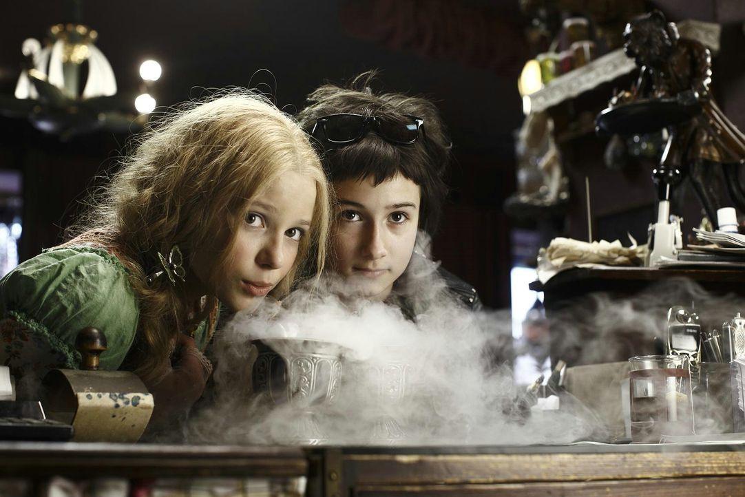 Als die Vampirschwestern Silvania (Marta Martin, l.) und Dakaria (Laura Roge, r.) erfahren, dass der Zauberer Ali Bin Schick eine Möglichkeit hat, i... - Bildquelle: 2012 Sony Pictures Television, Inc. All Rights Reserved.